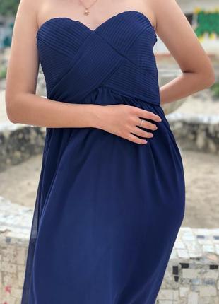 Вечернее синее платье без бретелек с завышенной талией