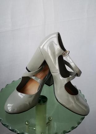 Красивые устойчевые фирменные туфельки