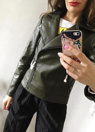 Классная кожаная куртка косуха цвета хаки со сьемным капюшоном4 фото