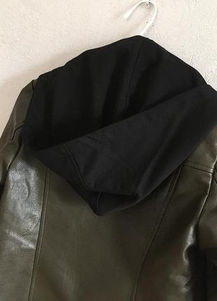 Классная кожаная куртка косуха цвета хаки со сьемным капюшоном9 фото