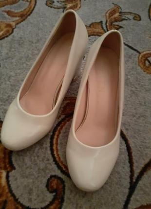 Гарні туфлі на ніжку попелюшки)