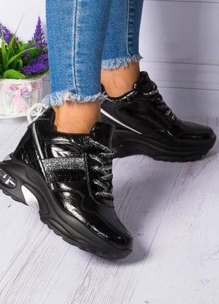 Стильные кроссовки на танкетке