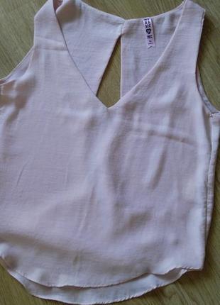 Пудровая шелковая блузка с приоткрытой спинкой