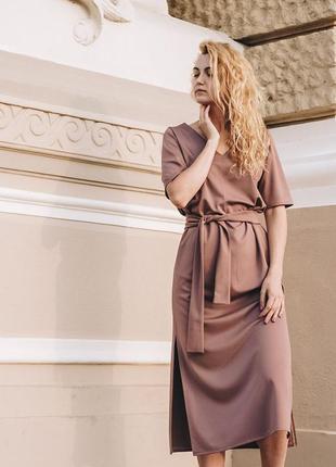 Длинное платье с разрезами по бокам