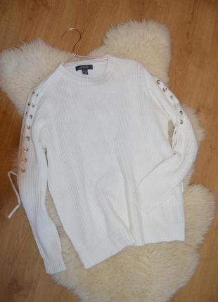 Нежный свитер со шнуровкой на рукавах