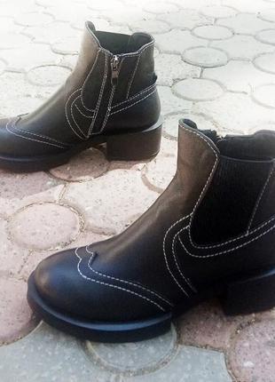 Модные кожаные ботинки черного цвета на каблуке