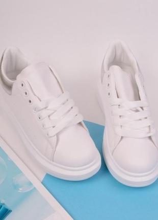 Стильные белые кроссовки на толстой подошве большой размер
