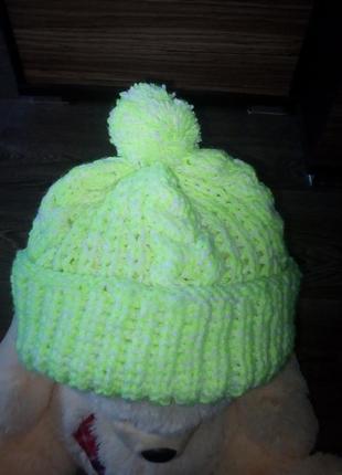 Трендовая неоновая шапка с крупной вязкой