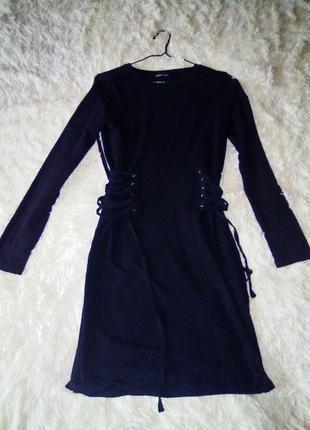Черное платье с шнуровкой