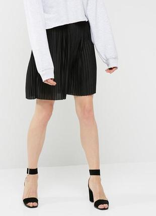 Черная короткая плиссированная юбка