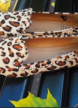 Бархатные туфли с золотистыми шипами
