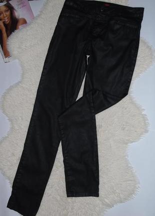 Черные брюки джинсы с пропиткой под кожу