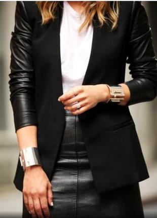 Стильный пиджак с рукавами под кожу.