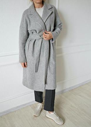 Шерстяное пальто с поясом от mango