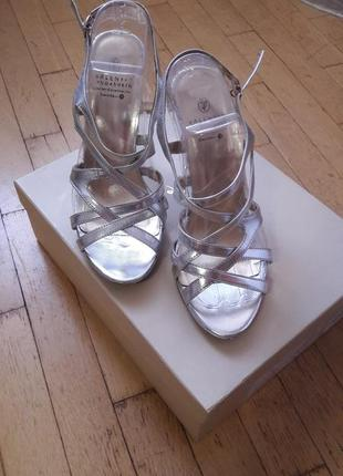Женские серебристые босоножки на каблуке