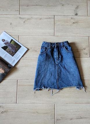 Стильная джинсовая юбка трапецией с рваным низом