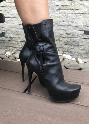 Кожаные демисезонные ботинки на каблуке