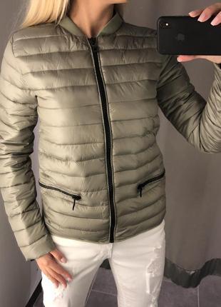 Оливковый бомбер стильная куртка на синтепоне. amisu. размеры уточняйте.