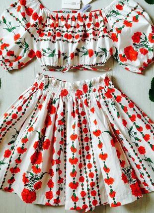 Костюм: пышная юбка и топ с открытыми плечами