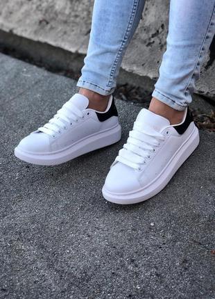 Шикарные кроссовки alexander mcqueen белые с чёрным