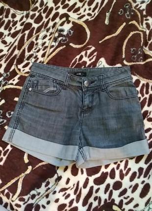 Короткие серые шорты
