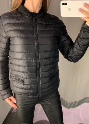 Стеганая черная куртка бомбер amisu есть размеры