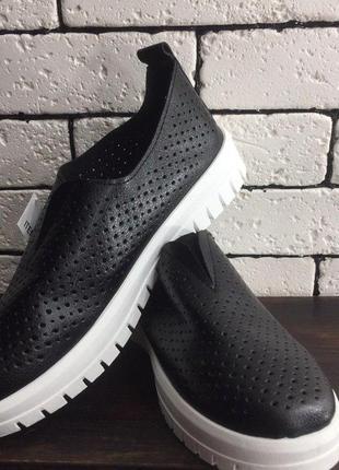 Слипоны - чёрные с белой подошвой