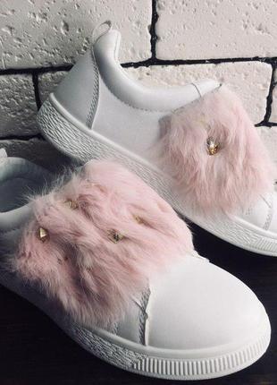 Слипоны - белые с розовым мехом