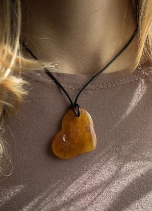 Кулон сердце из янтаря на шнурке