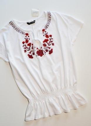 Белая футболка блуза с вышивкой