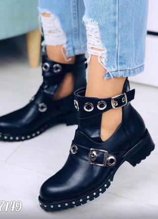 Демисезонные черные ботинки из эко -кожи с пряжками и фигурными вырезами по бокам