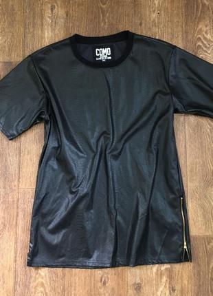 Футболка черная эко кожа тиснение под рептилию удлиненная с молниями от como clothing