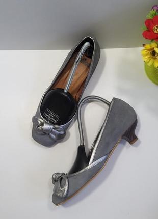 Замшевые туфли с серебряным бантом