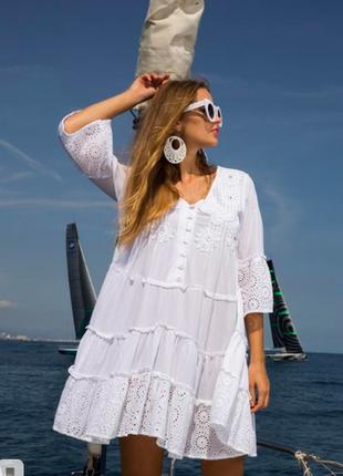 Изящное летнее белое платье-туника из прошвы с кружевом