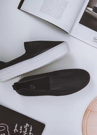 Черные слипоны с белой подошвой на широкую ножку.