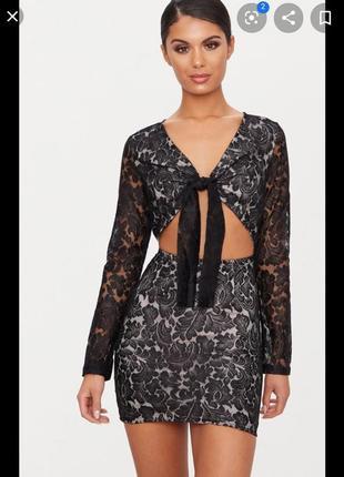 Нарядное кружевное платье с завязкой на груди и вырезами
