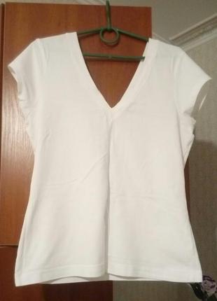 Белая футболка с v-образными вырезами спереди и сзади