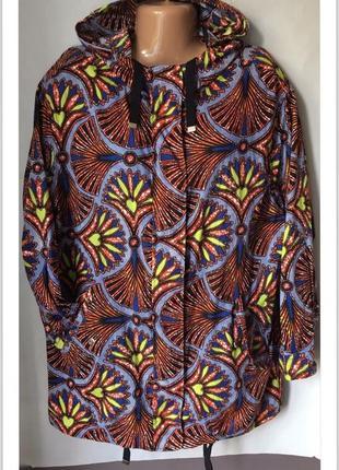 Куртка со стильным ярким принтом