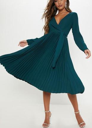 Изумрудное платье с плисерованным подолом prettylittlething, размер 12