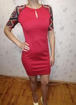 Красное приталенное платье с орнаментами!