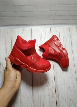 Очень легкие ботинки на девочку в спортивном стиле.