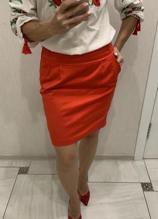Яркая юбка-карандаш с подкладкой и разрезом