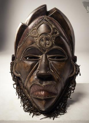 Африканская традиционная племенная маска ручной работы. дерево, кожа, металл.