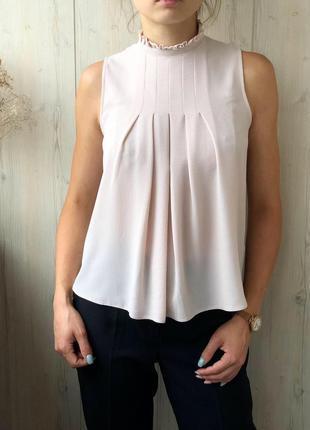 Нежная пудровая блуза с рюшей на горловине