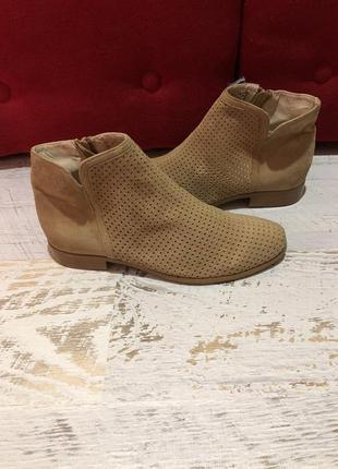 Новые натуральные фирменные ботинки с перфорацией 38р.
