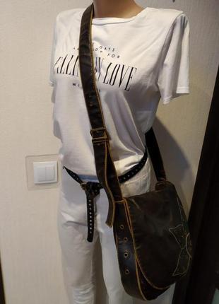 Вместительная сумка из искусственной кожи с длинной ручкой