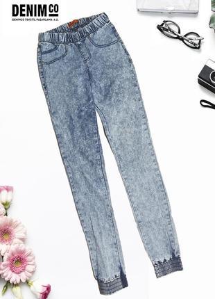 Зауженные джинсы с резинками на манжетах denim co