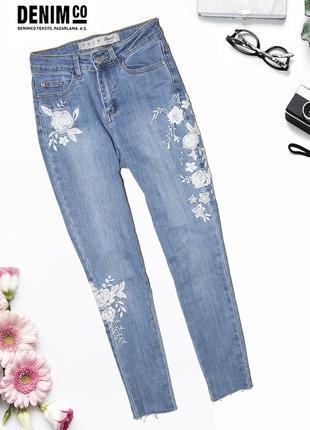 Зауженные джинсы с вышивкой denim co