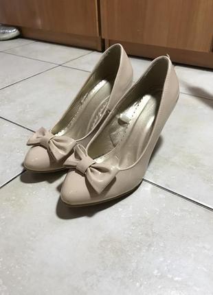 Лакированные туфли бежевые на маленьком каблуке