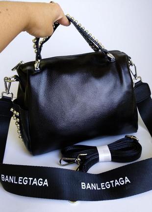 Кожаная сумочка черная на длинном ремешке